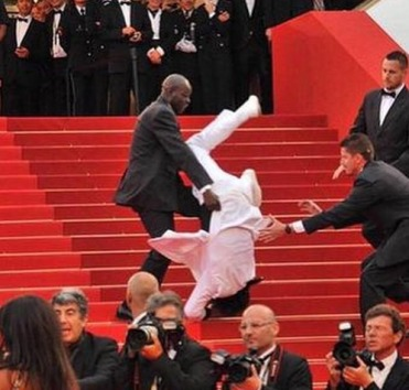 man-falls-at-met-gala-2015.jpg